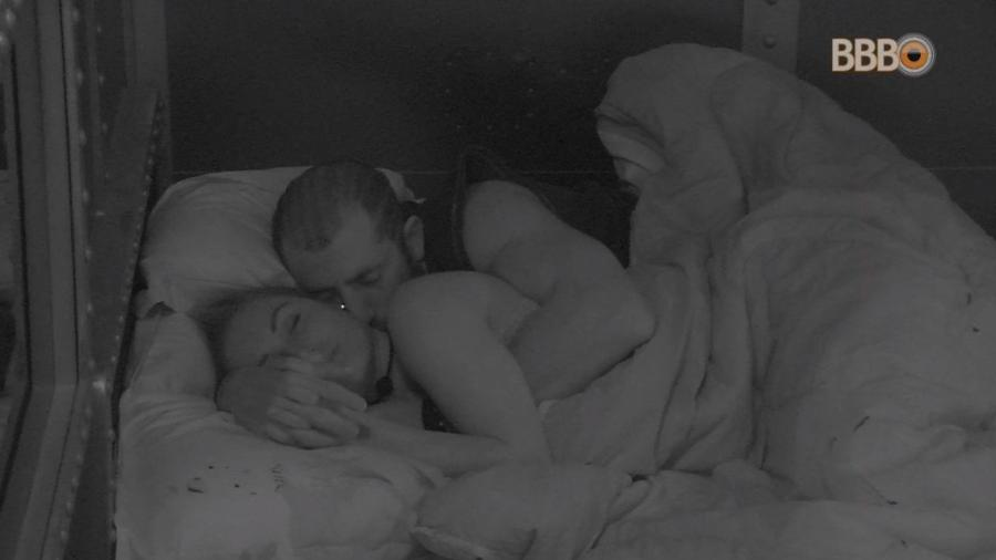 Jéssica e Kaysar dormem juntos no quarto submarino - Reprodução/Globoplay