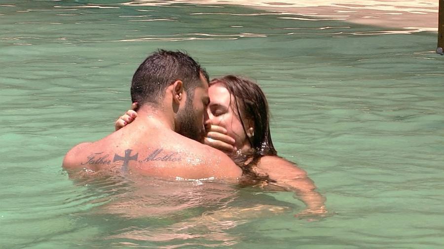 """Kaysar e Patrícia dão """"beijo"""" na piscina do """"BBB18"""" - Reprodução/Globoplay"""
