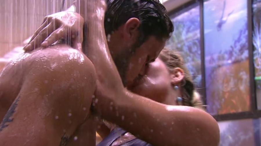 Jaqueline e Breno se beijam no banheiro da casa - Reprodução/Globoplay