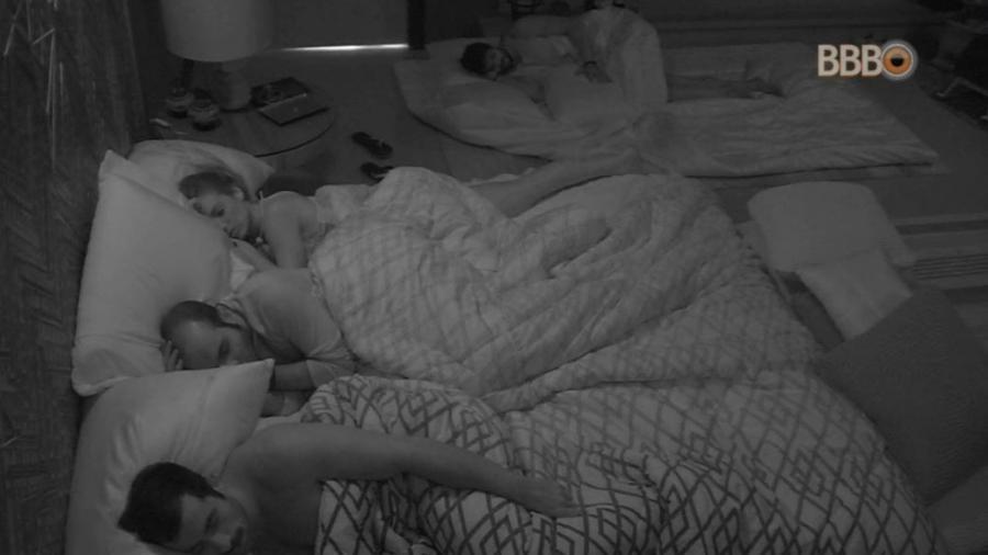 Participantes dormem no quarto do líder - Reprodução/GloboPlay
