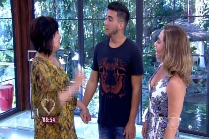 André Marques e Cissa Guimarães recebem Harumi, primeira eliminada do