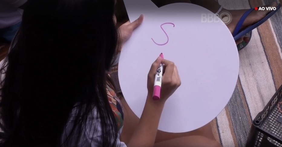 28.mar.2016 - Com uma placa e uma caneta na mão, os participantes tinham de adivinhar as respostas de sua dupla