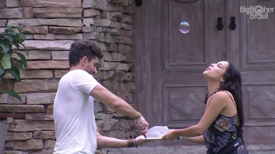 Emilly e Marcos fazem bolas de sabão com detergente  - Reprodução/TV Globo