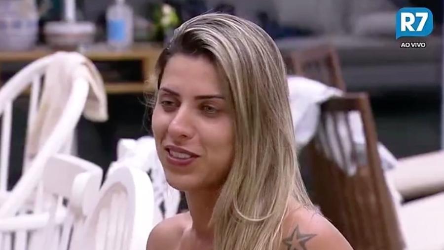 Ana Paula Minerato conversa com Rita Cadillac na cozinha da sede - Reprodução/R7