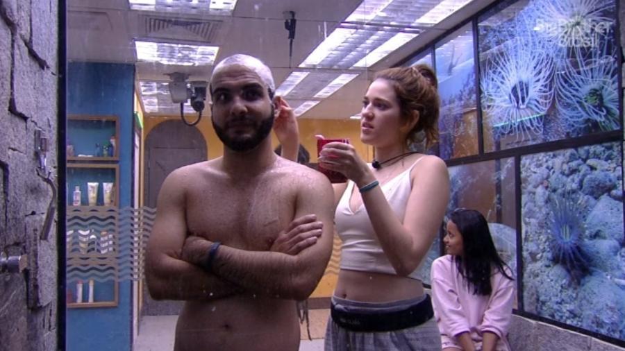 Mahmoud recebe ajuda de Ana Clara para raspar a cabeça  - Reprodução/Globoplay