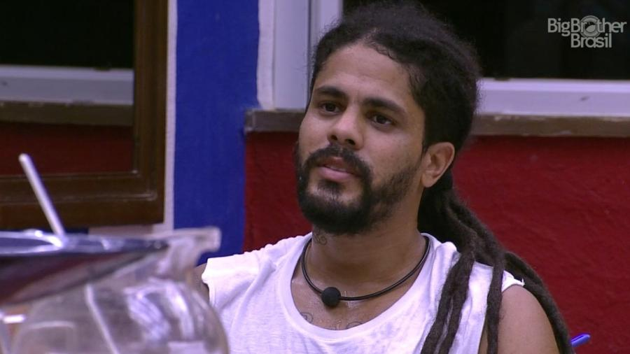 "Viegas conversa com brothers após passar mal no ""BBB18"" - Reprodução/GloboPlay"