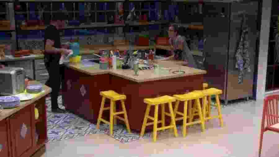 """Casal conversa na cozinha no """"BBB17"""" - Reprodução/TV Globo"""
