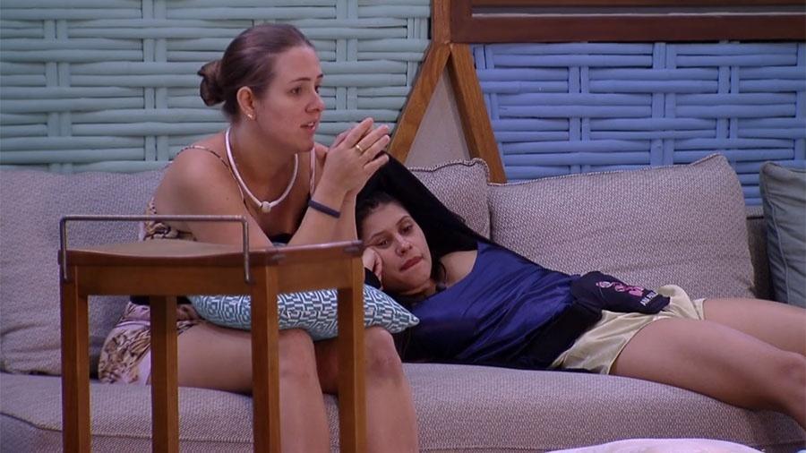 """Patrícia conversa com Ana Paula na área externa da casa do """"BBB18"""" - Reprodução/GloboPlay"""