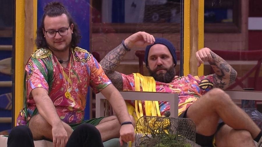 """Caruso conversa com brothers na área externa da casa do """"BBB18"""" - Reprodução/GloboPlay"""
