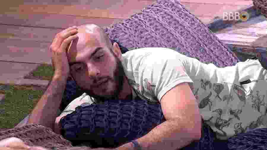 Mahmoud conversa com Jéssica na área externa - Reprodução/GlobosatPlay