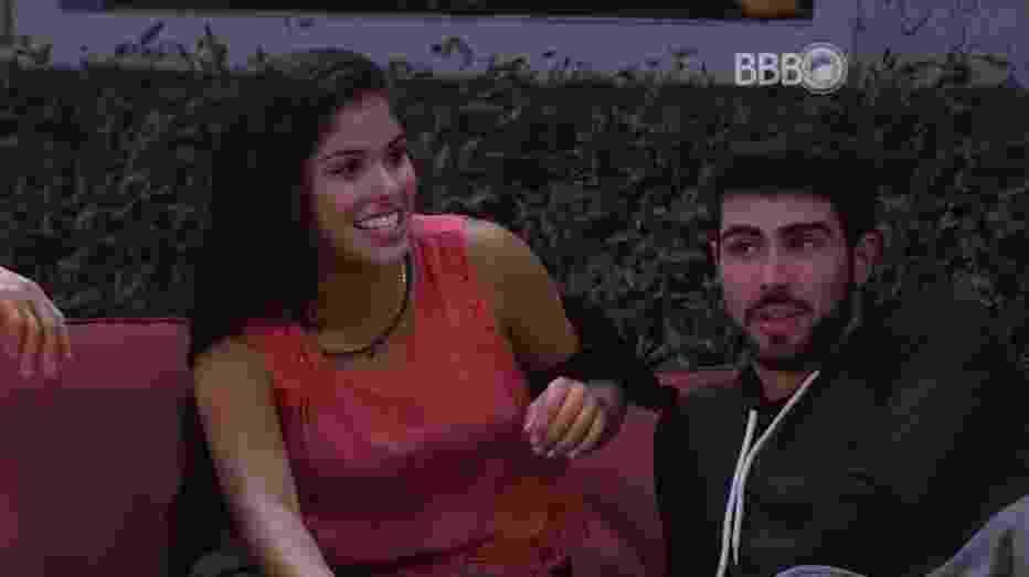 20.mar.2016 - Munik explica para Laham que é permitido fazer sexo no Big Brother Brasil - Reprodução/TV Globo