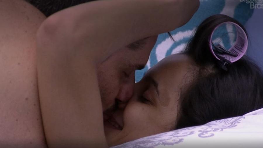 Marcos dá outro selinho em Emilly - Reprodução/TV Globo