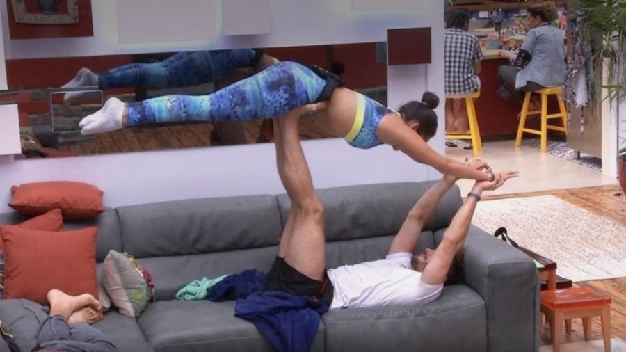 Marcos levanta Emilly com os pés - Reprodução/TVGlobo