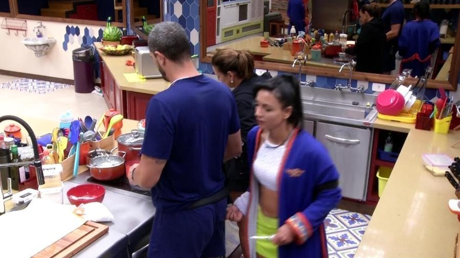 Marinalva aperta o bumbum de Daniel  - Reprodução/Tv Globo