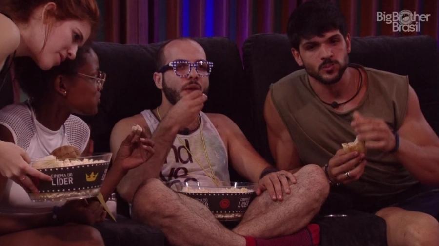 Mahmoud, Lucas, Nayara e Ana Clara no cinema do líder - Reprodução/Globoplay