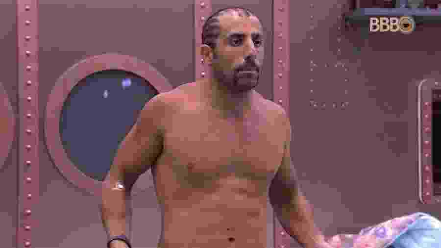 Kaysar se olha no espelho e afirma que perdeu peso durante a prova - Reprodução/GlobosatPlay