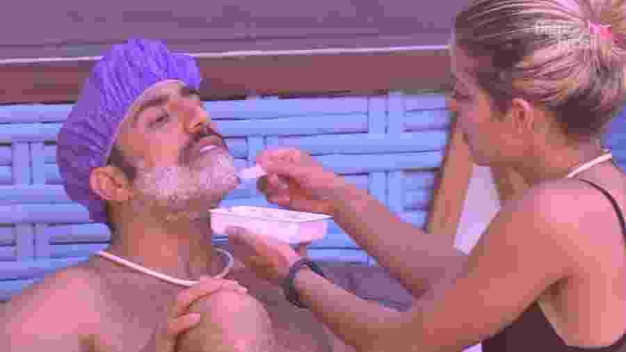 Kaysar descolore a barba com ajuda de Jaqueline  - Reprodução/GloboPlay