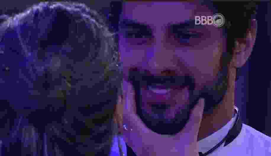4.mar.2016 - Em mais uma tentativa de provocar Renan, Ana Paula aperta as bochechas do brother - Reprodução/TV Globo