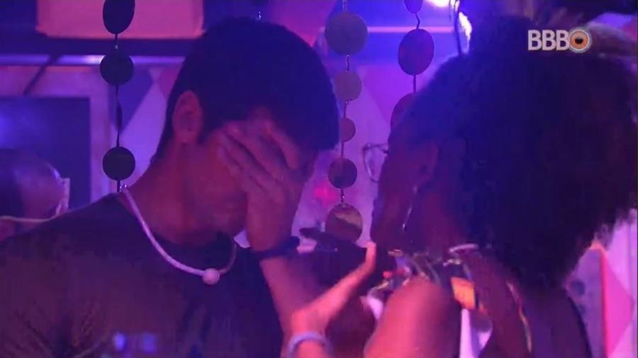 """Nayara e Lucas conversam na festa """"Samba"""" - Reprodução/GlobosatPlay"""