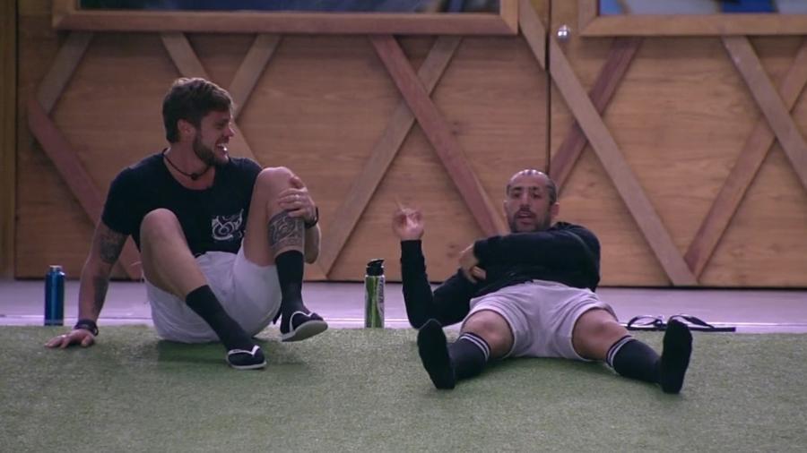 Breno e Kaysar brincam na área externa da casa enquanto os brothers dormem - Reprodução/Globoplay