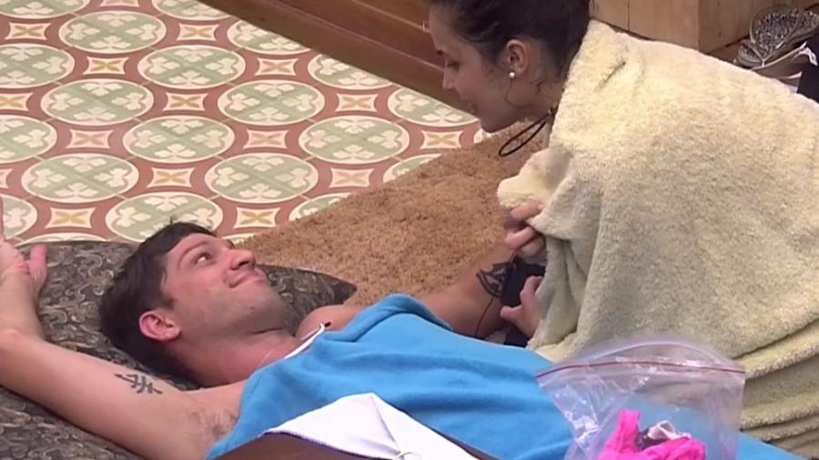 """08.02.2017 - Emilly chama ex-namorado famoso de """"falecido"""" - Reprodução/Tv Globo"""