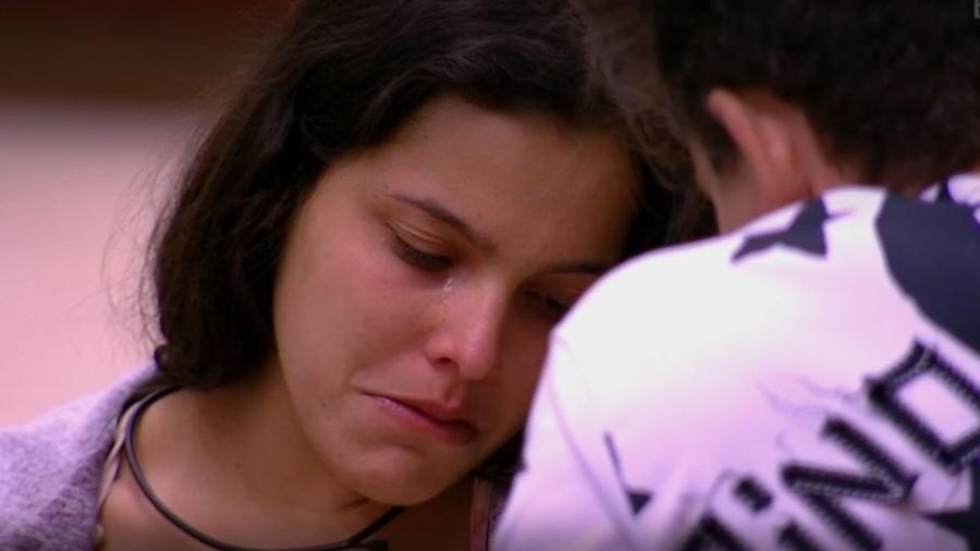 Emilly desconfia de paredão surpresa e chora - Reprodução/TV Globo