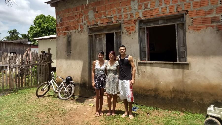 Maria Luiza, Vanuzia e Agleuson em frente à casa da família - Fábio Pontes/UOL