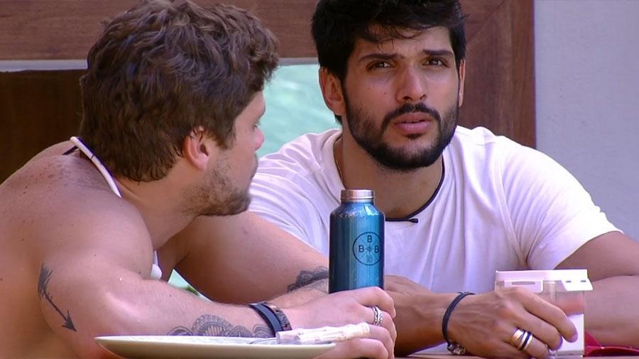 """Breno e Lucas conversam na área externa da casa do """"BBB18"""" - Reprodução/GloboPlay"""