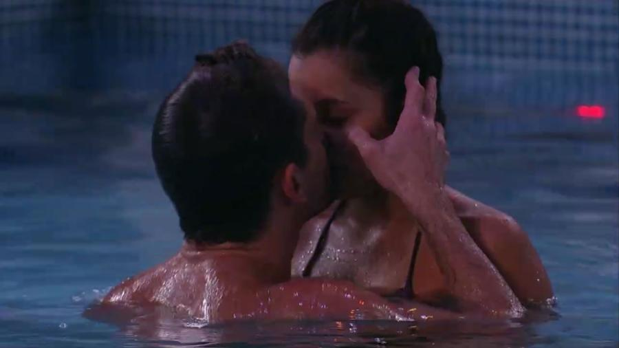 Marcos e Emilly se beijam na piscina - Reprodução/Gshow