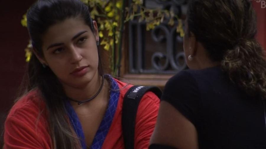 Ieda e Vivian conversam no lado externo - Reprodução/TV Globo