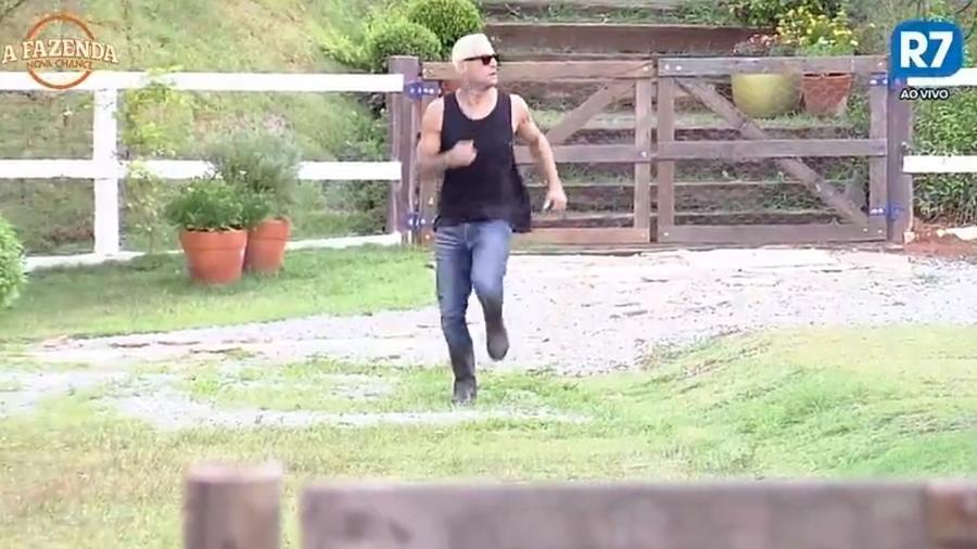 Yuri corre para a baia dos porcos - Reprodução/R7