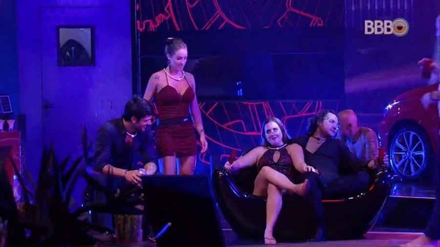 Lucas e Patrícia conversam na festa - Reprodução/GlobosatPlay