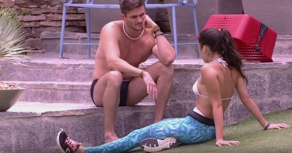 Marcos conversa como Emilly sobre possibilidade de ser eliminado