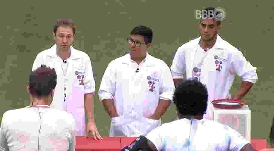 """11.fev.2016 - Tiago Leifert e André Marques visitam brothers no """"BBB16"""" - Reprodução/TV Globo"""