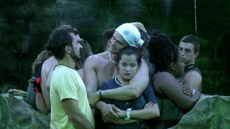 Emilly e Marcos se abraçam durante prova de resistência - Reprodução/TV Globo