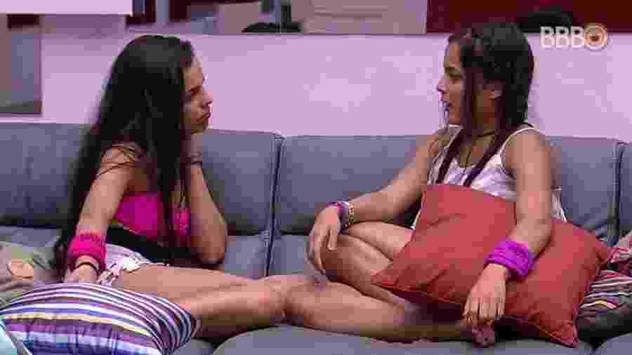 Mayla e Emilly conversam no sofá - Reprodução/TV Globo