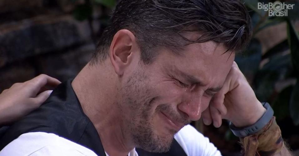 Marcos chora às vésperas do paredão