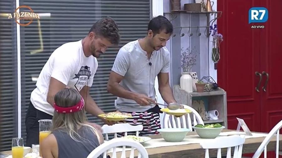 """Marcos e Matheus se alimentam no último almoço de """"A Fazenda 9"""" - Reprodução/R7"""