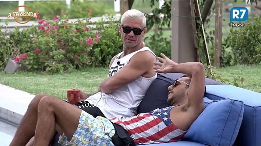 Yuri e Matheus conversam com Flávia na área externa  - Reprodução/R7