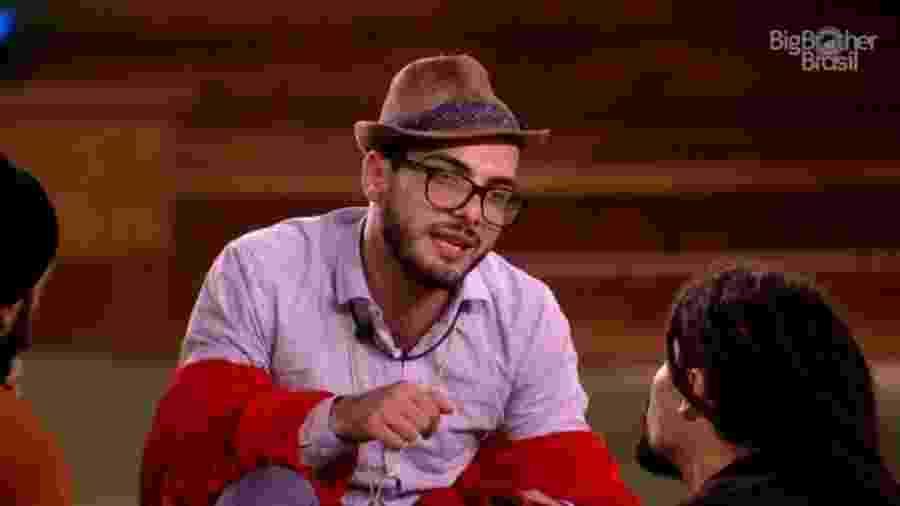 Mahmoud conversa com brothers na área externa - Reprodução/GloboPlay