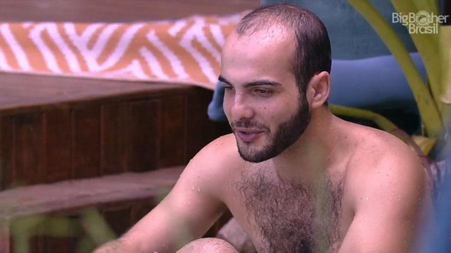 """Mahmoud aproveita dia ensolarado na piscina do """"BBB18"""" - Reprodução/GloboPlay"""