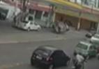 Câmera flagra capotamento em avenida de Olinda - Reprodução/TV Jornal