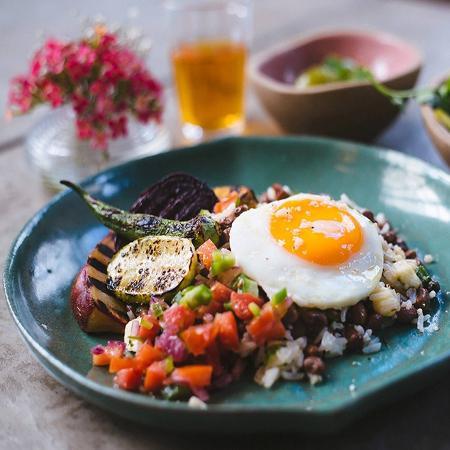 O baião de dois vegetariano do Fitó leva arroz e feijão de corda, queijo coalho, legumes do sertão assados (maxixe, abóbora, quiabo e batata-doce), ovo caipira frito e vinagrete - Divulgação