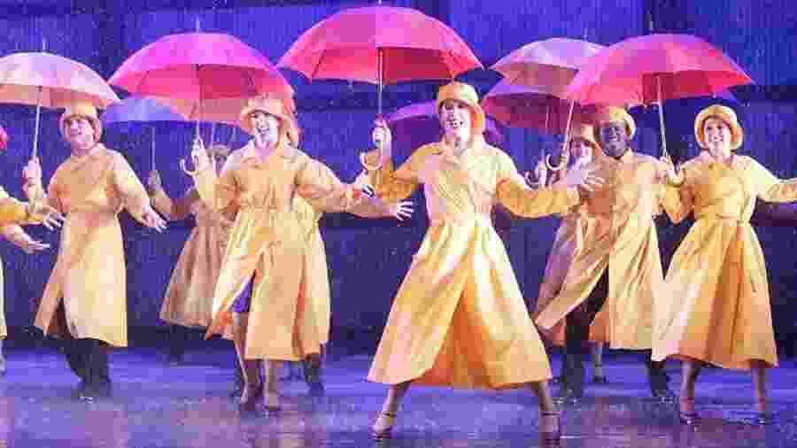 """Claudia Raia (centro) na cena final, quando chove no musical """"Cantando na Chuva"""" - Lenise Pinheiro/Folhapress"""