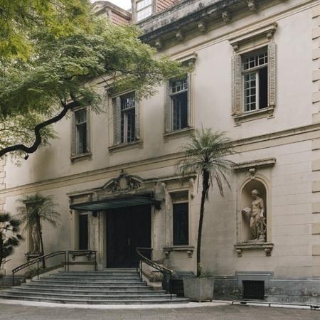 """Palacete de Dona Veridiana, em Higienópolis, possui um jardim com espelho d""""água e uma escultura de Brecheret. Hoje, ali funciona o Iate Clube de Santos - Gabo Morales/UOL"""