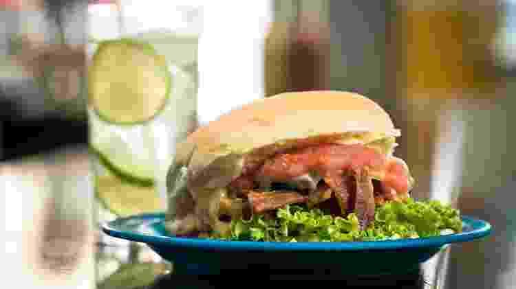 Cheese salada com bacon da tradicional Hamburgueria do Senhor Oswaldo, no Ipiranga - Keiny Andrade/UOL - Keiny Andrade/UOL