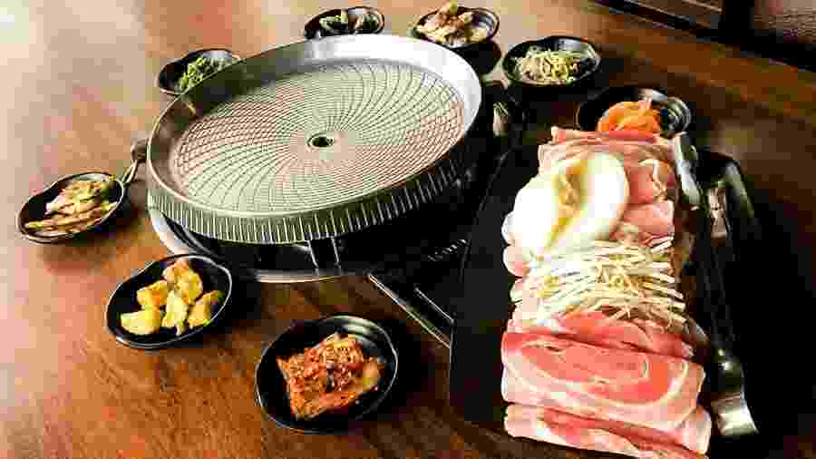 Churrasco coreano de carne suína servido no restaurante Bicol - Rafael Kang / Divulgação