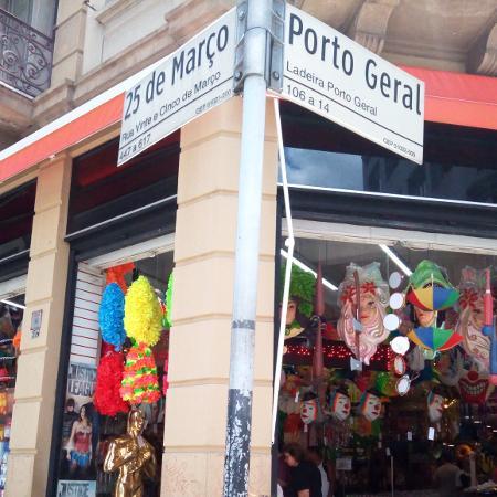 Fantasias de Carnaval na rua 25 de Março - Daiana Dalfito / UOL