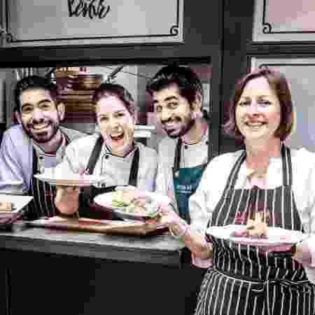 Carla Pernambuco e a equipe do restaurante Carlota - Divulgação - Divulgação