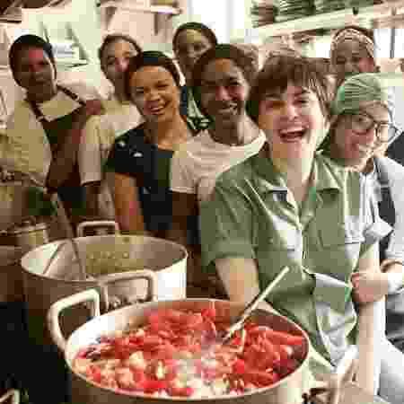 Cafira Foz e a equipe do restaurante Fitó - Divulgação - Divulgação